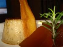 Flan de yerba, salsa de vino y membrillos en almíbar.