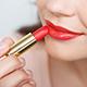 Maquillaje natural de día con labios rojos
